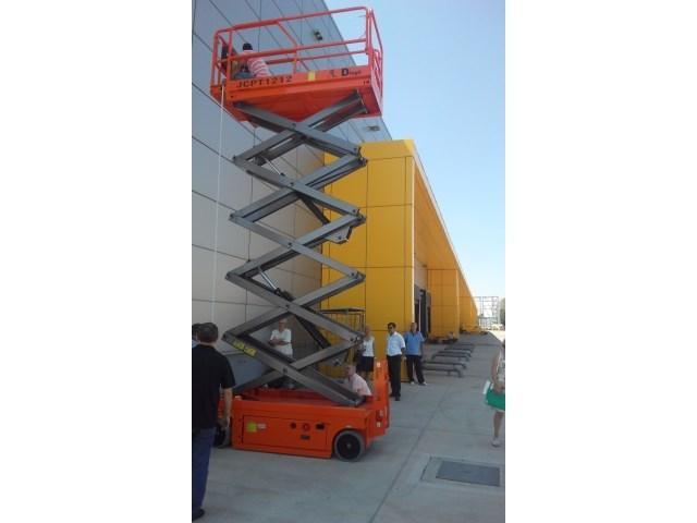 Projekat Regionalno poštansko-logistički centar, Beograd, Srbija - oprema: hidraulična makazasta platforma - Dingli JCPT 1212HD, radna visina - 12 m, visina stajne   površine - 10 m, nosivost - 320 kg