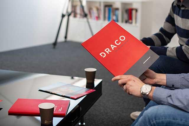 DRACO tim - Stručni, iskusni, predani radu, marljivi i intuitivni, DRACO inženjeri građevine izrađuju kompletna projektna rešenja u skladu s urbanističkim, funkcionalnim, tehničkim, građevinsko-fizikalnim, ekonomskim, energetskim i ekološkim zahtevima. Njihova misija nije samo uspešno izraditi projekat, već ga završiti na zadovoljstvo klijenta. DRACO prodajni tim spaja osećaje i podatke u efikasna marketinška i prodajna rešenja. Sve ono što inženjeri građevine i hemije stvaraju, prodajni predstavnici komuniciraju klijentima