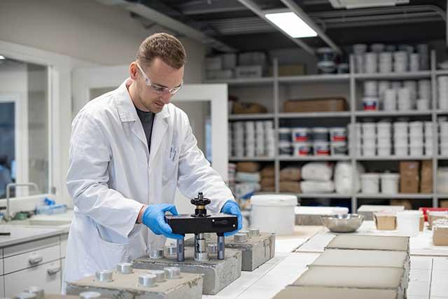 DRACO laboratorija - tim inženjera hemije posvećen je kontroli kvaliteta i razvoja, predano rade na svakom DRACO proizvodu, budućem i postojećem. Zaposleni u laboratoriji sakupljaju i analiziraju podatke, predano razvijaju nove sisteme te istražuju nove procese