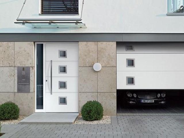 Garažna segmentna vrata - Segmentna vrata otvaraju se vertikalno i odlaze ispod plafona. Ovakvom konstrukcijom nude maksimalan prostor u garaži kao i za parkiranje ispred nje.
