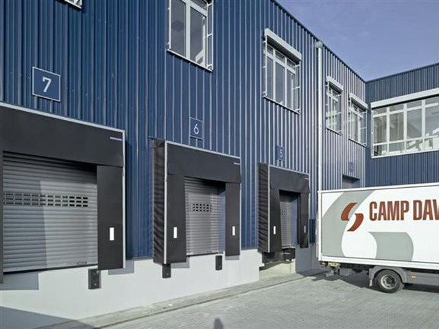 Industrijska segmentna vrata - Segmentna vrata se otvaraju vertikalno i time stvaraju više mesta ispred i unutar garaže. Segmenti vrata se ravno slažu ispod plafona, vertikalno preko otvora ili prateći krov. Više od četiri decenije Hörmann je u području industrijskih segmentnih vrata izgradio jedinstvene programe i time postavio merila za budućnost.