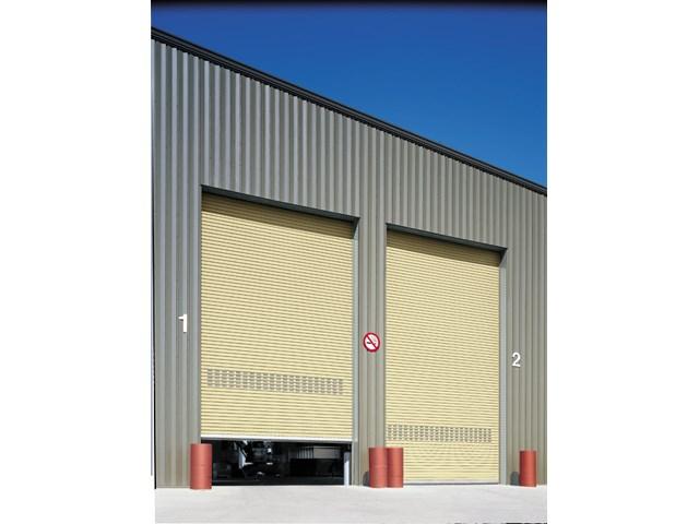 Industrijska rolo vrata - Hörmann rolo vrata i rolo rešetke od aluminijuma, čelika ili plemenitog čelika su posebno ekonomična zahvaljujući jednostavnoj konstrukciji sa malo komponenata. Tu su i završeci, koji se iznova dokazuju u svakodnevnoj eksploataciji. Rolo vrata i rolo rešetka jedva zauzimaju mesto iznad otvora. Ona se kompaktno namotavaju iza grede. Bočno i u području plafona nema gubitka površine hale.