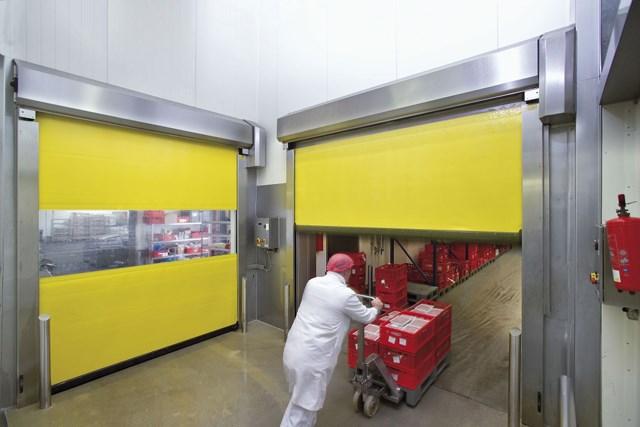 Brza vrata PVC - Hörmann brza vrata se koriste u unutrašnjosti i kao spoljni zatvarač radi optimizacije protoka saobraćaja, radi poboljšanja klime u prostoriji i radi uštede u potrošnji energije. Hörmann program obuhvata providna vrata koja se otvaraju vertikalno i horizontalno sa fleksibilnom zavesom, takođe i u kombinaciji sa segmentnim vratima i rolo vratima kao i sa snažnim spiralnim vratima, koja imaju aluminijumske profile sa ravnom površinom.
