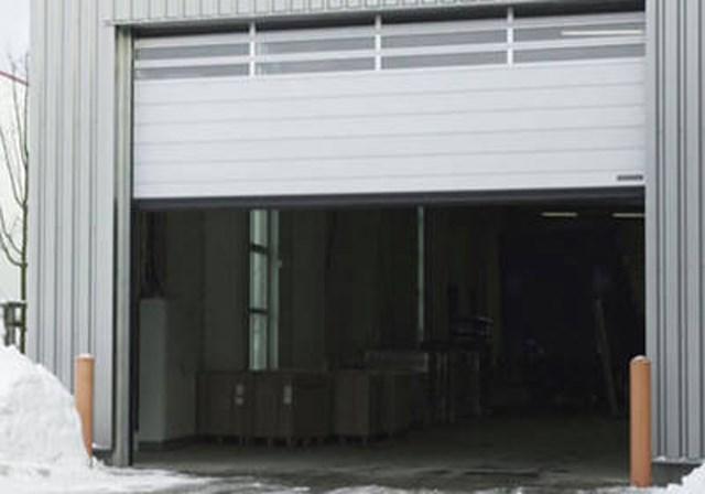 Spiralna brza vrata - Hörmann brza vrata se koriste u unutrašnjosti i kao spoljni zatvarač radi optimizacije protoka saobraćaja, radi poboljšanja klime u prostoriji i radi uštede u potrošnji energije. Hörmann program obuhvata providna vrata koja se otvaraju vertikalno i horizontalno sa fleksibilnom zavesom, takođe i u kombinaciji sa segmentnim vratima i rolo vratima kao i sa snažnim spiralnim vratima, koja imaju aluminijumske profile sa ravnom površinom.