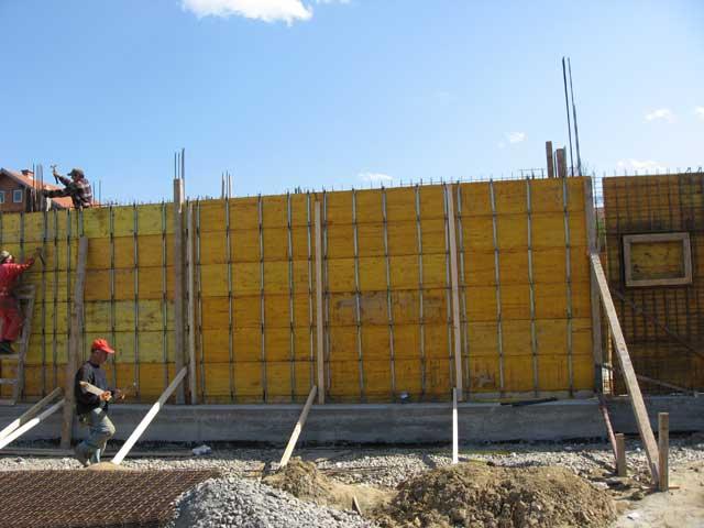 Formiranje zida žutom oplatnom pločom