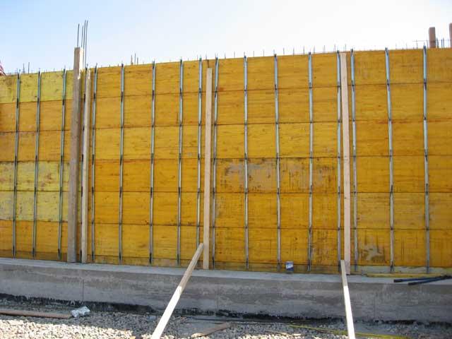 Formiranje zida žutom oplatnom pločom sa svim potrebnim elementima