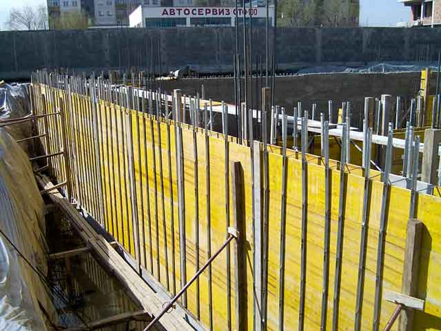 Elementi za formiranje zida žutom oplatnom pločom - Ponuda obuhvata početne profile (63cm, 113cm i 163cm), veznike sa kukom (50cm, 100cm i 150cm), distancere različitih dužina, klinove