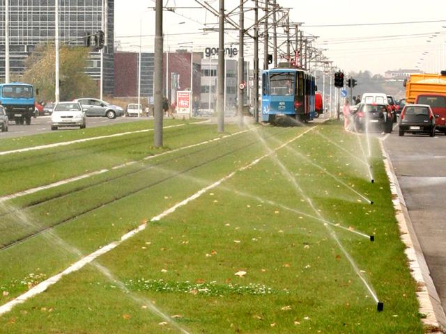 Tramvajske šine - Beograd - Tramvajska baštica i zelene površine na III bulevaru i u ulici Proleterskih solidarnosti navodnjavaju se automatskim sistemom za zalivanje proizvođaca HUNTER, uglavnom rotorskim rasprskivačima PGP, dok su manje zelene površine rešene prskačima Pro-spray. Sistemom upravlja automatika koja ima senzor za kišu tako da u slučaju padavina nema suvišnog trošenja vode i preobilnog natapanja zelenih površina. Kvadratura: 12.500 kvm, godina montaže 2007.