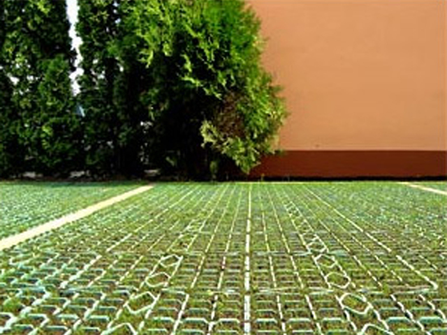Plastični raster - tajna besprekornog parking travnjaka - Proizveden od materijala koji čuva prirodnu okolinu; može se potpuno reciklirati; otporan na UV zračenje; otporan na ekstremne uticaje godišnjih doba; kvalitetno i efikasno rešenje za zaštitu busena trave kod parking travnjaka; kvalitetno i efikasno rešenje protiv erozije tla