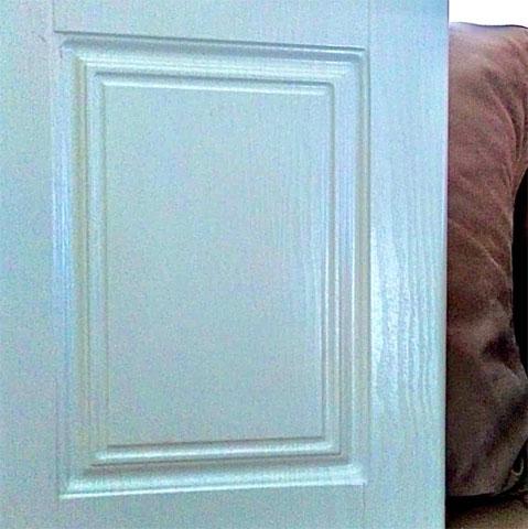 Front sa kanelurama, presvucen folijom bela drvo tekstura, namena za kuhinjska vrata