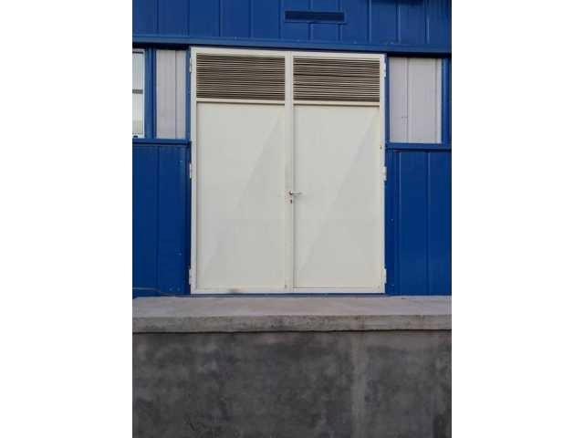 Vrata od crnih profila sa žaluzinom za ventilaciju