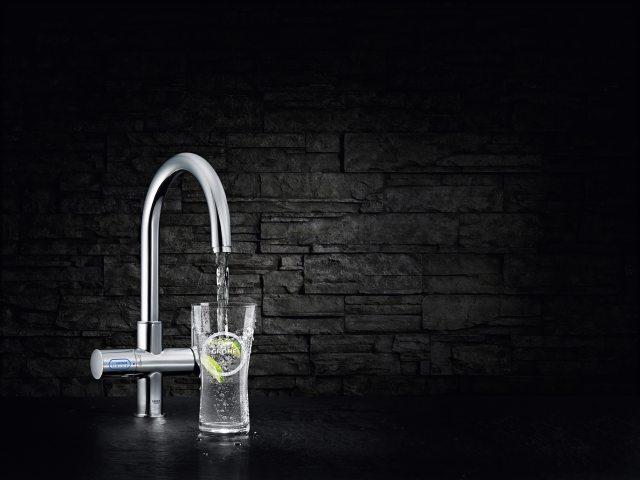 Grohe – Blue - Rashlađeno i gazirano - Ultimativno osveženje. Kupovinom GROHE Blue® sistema dobija se momentalni pristup sveže filtriranoj vodi odličnog ukusa.  GROHE Blue® Chilled & Sparkling kombinuje moderan izgled kvalitetne slavine sa filterom visokih performansi, rashlađivačem i aparatom za gaziranje vode – lak je za upotrebu kao obična slavina. Desna poluga se koristi za uobičajeno mešanje hladne i tople vode. Levi rotirajući taster sa integrisanim LED displejom u boji reguliše gaziranje filtrirane i rashlađene vode. Završne obrade GROHE StarLight® hroma, slavina ima razdvojene unutrašnje vodene kanale – jedan za filtriranu, drugi za nefiltriranu vodu.