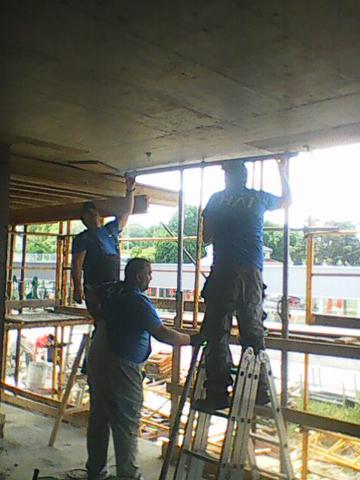 Instalacija za hlađenje ugrađena u međuspratnu konstrukciju u stambeno-poslovnom objektu