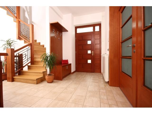 Stepenište, ulazna vrata, čiviluk