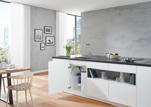 Grohe Red - Kipuća voda začas stiže direktno iz slavine – to je praktičnost u kuhinji. U kuhinjama bez dovoda tople vode ovaj bojler sa ugrađenom slavinom pruža 15 litara tople vode (50°C) ili do 6 litara kipuće vode. Nema više čekanja da voda zavri, a električno kuvalo ili posuda za šporet više vam nisu potrebni, što znači više mesta u kuhinji.
