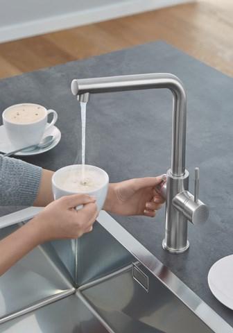 Grohe Red - Kipuća voda začas stiže direktno iz slavine - to je praktičnost u kuhinji. U kuhinjama bez dovoda tople vode ovaj bojler sa ugrađenom slavinom pruža 15 litara tople vode (50°C) ili do 6 litara kipuće vode. Nema više čekanja da voda provri, a električno kuvalo ili posuda za šporet više vam nisu potrebni, što znači više mesta u kuhinji.