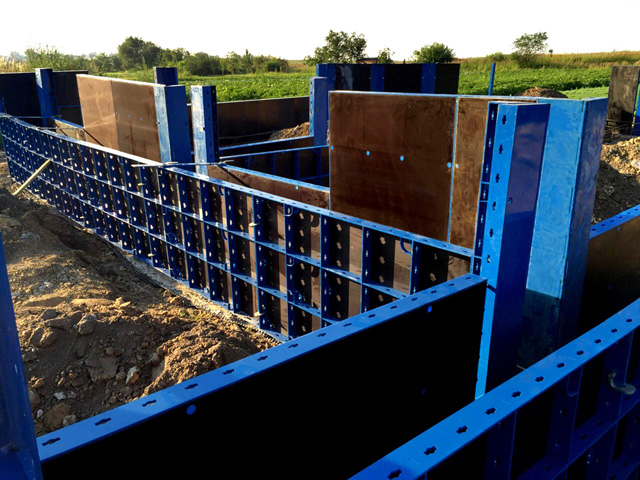 KRUŽNI STUBOVI SK100 - Elementi kružnih stupova SK 100 namijenjeni su za gradnju kružnih stupova promjera 300 mm, 400 mm, 500 mm, 600 mm, 700 mm, 800 mm, 900 mm, 1000 mm, 1100 mm, 1200 mm. Moguće ih je jednostavno pričvrstiti na elemente okvirne oplate, kod izgradnje stupova s polukružnim nastavkom.