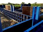 HANDI - SUPER LAGANI SISTEM - To je super lagana okvirna oplata dizajnirana za brzo i štedljivo postavljanje oplate za temeljne ploče, male nadzemne i podzemne građevinske projekte. Može se koristiti u slučajevima potrebe ručne montaže oplata.