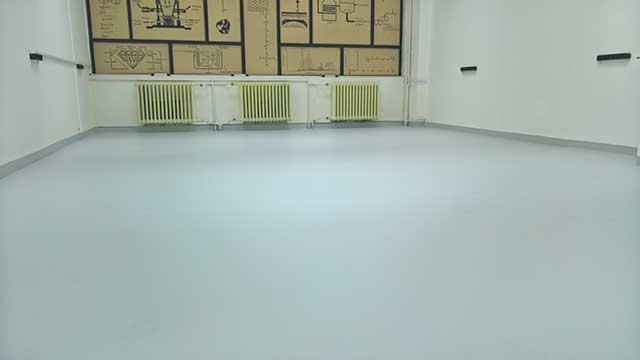 Poliuretanski pod - fleksibilni poliuretanski podni sistem MasterTop 1324 za industrijske objekte, kancelarije, škole, bolnice i druge javne ustanove. Monolitan, UV stabilan podni sistem za premošćavanje pukotina iz podloge