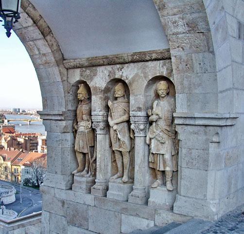 Postolje sa kipovima, RIbarska tvrđava (Halasbastia), Budimpešta, Mađarska (2011)