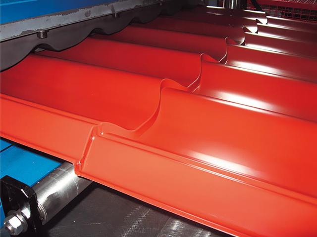 Crep ploče MEDITERANEO - spoj klasične estetike i savremenih materijala - Proizvod od čeličnog (0,5mm) ili aluminijumskog (0,7mm) lima, koji ispunjava sve zahteve u vezi sa tehničkim, mehaničkim i hemijskim karakteristikama. Sloboda u izboru boja – završni sloj može se izvesti prema zahtevu naručioca (po RAL karti), pa krovna ravan tako može pratiti savremenu fasadu i prema materijalu i prema boji, uz zadržavanje klasične estetike forme kosog krova. Narebrena limena površina ima daleko veću krutost u odnosu na ravne table lima i, pod udarcima leda i kapi kiše, ne ponaša se kao pleh. Veliki deo udarnog zvuka je apsorbovan pa Mediteraneo predstavlja odličan pokrivač i kod onih objekata čija se potkrovlja ili mansarde koriste za stanovanje ili poslovanje.