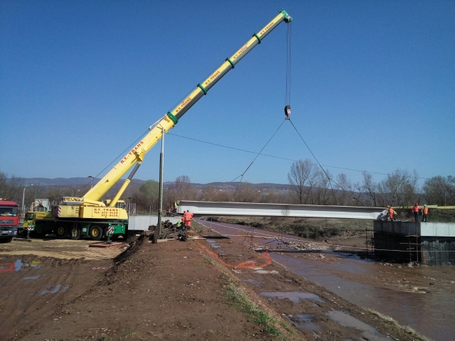 Kutinska reka, Niš - Istovar i montaža betonskih nosača mosta pomoću dizalice nosivosti 220 t