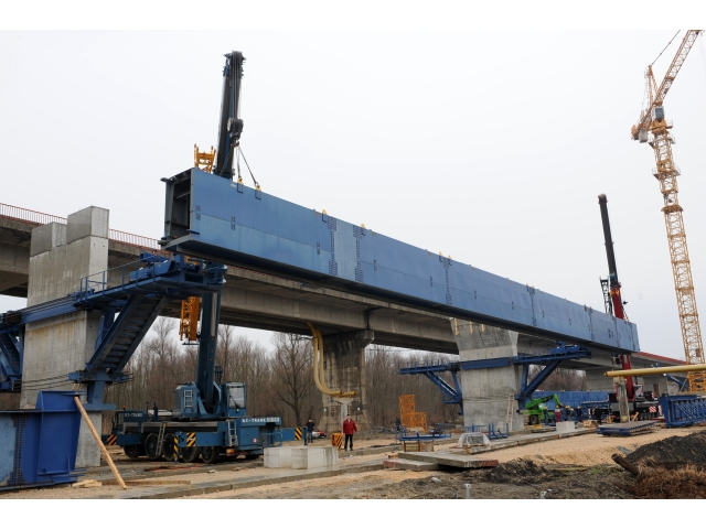 Most Beška - Podizanje čelične konstrukcije za lansiranje betonskih delova mosta težine 90 t pomoću dve dizalice nosivosti 120 i 100 t