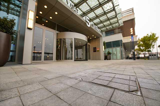 Tržni centar Galerija Beograd - Kako bi objekat bio funkcionalan tokom cele godine i zaštićen od površinskih voda, kompanija ACO je obezbedila kompletno rešenje za odvodnjavanje u vidu ACO SlotTop i ACO XtraDrain kanala, kao i revizione poklopce ACO TopTek koji se savršeno vizuelno uklapaju u izgled promenade. Za zaštitu podzemnih voda, koje okružuju objekat, od štetnih materija obezbeđen je ACO Lipusmart - separator masti i prepumpno postrojenje u jednom uređaju