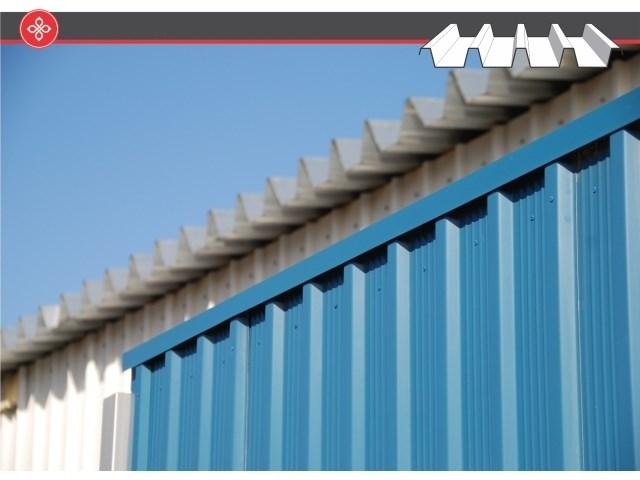Pan trapezno profilisani limovi - Pan trapezni limovi su građevinski elementi proizvedeni deformacijom materijala na visokopreciznoj automatizovanoj liniji. Neizostavni su u planiranju i izgradnji savremenih krovnih i fasadnih konstrukcija. Najveći su deo proizvodnog programa Pan Komerca i mogu biti proizvedeni od bojenih ili nebojenih čeličnih i aluminijumskih limova debljine od 0.5/0.6/0.7/0.8/1.0 ili 1,25 mm. Trapezno profilisani limovi se razlikuju i po visini rebra, koje se kreće od 2-150 mm, pa se razlikuju profili Pan-T2, Pan-T10, Pan-T18, Pan-T40, Pan-T60 i Pan-T150.