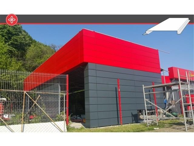 Pan-Ks ventilisane metalne fasade - Pan-Ks formira elegantne i upečatljive fasade u skladu sa svetskim trendovima u arhitekturi. Jednostavna i brza motaža, skriveni sistem fiksiranja, raznovrsni materijali izrade, kao i minimalna potreba za održavanjem, čine da ovakve fasade budu izbor broj 1 za oblaganje reprezentativnih i komercijalnih objekata. Pan kasetni elementi mogu se uraditi od čelika, aluminijuma, inoxa, titan cinka, bakra ili limova sa teksturom drveta, prema zahtevu kupca u maksimalnoj širini od 400 mm, osnosno dužini do 8 m i fugnom od 0-25 mm.