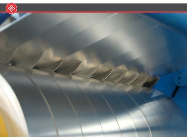 Sečenje, savijanje i slitovanje limova - Pan Komerc pruža usluge sečenja, slitovanja, savijanja, transporta i ugradnje limova. U pogonima Pan Komerca mogu se seći limovi do 4 mm (aluminijum) i 2 mm (pocinkovani), odnosno slitovati limovi maksimalne debljine 2 mm (aluminijum) i 1,5 mm (pocinkovani). Na savremenim savijačicama prema dostavljenom nacrtu naručioca mogu se savijati limovi debljine do 2mm i maksimalne dužine 8,2 mm.