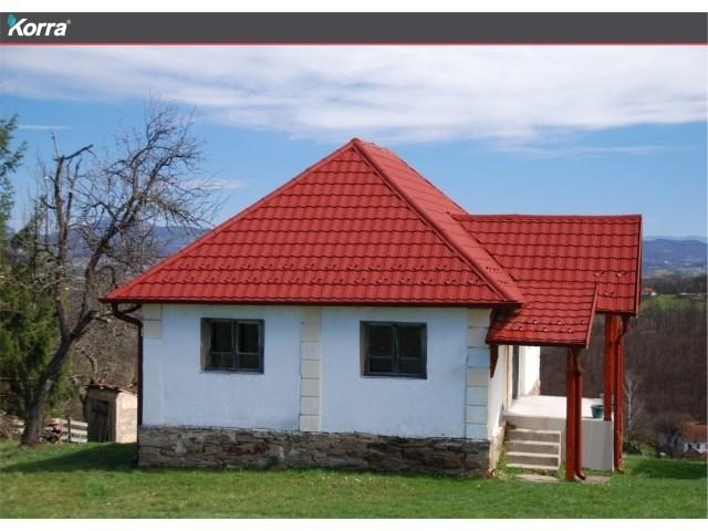 """""""Korra"""" – modularni metalni crep - Pan Komerc proizveo je prvu modularnu metalnu ploču u obliku crepa u Srbiji. Ovaj lagan i otporan krovni pokrivač ugrađuje se vrlo brzo i jednostavno, podiže upotrebu lima na jedan viši nivo i pruža vrhunsku i dugoročnu zaštitu i odličan vizuelni efekat. """"Korra"""" ploče su dostupne u četiri boje: grafit, rubin, kakao i amazon, imaju posebnu """"DiaMATT"""" površinsku zaštitu i zrađuju se u standardnim dimenzijama 1140 x 700 mm (pokrivna površina 0.8m2). Svojom hrapavom strukturom i mat završnim slojem """"Korra"""" uspešno imitira teksturu keramičkih crepova pri čemu svakom krovu daje prirodan i jedinstven izgled. Odlična antikorozivna zaštita i izuzetna čvrstoća materijala su osnov otpornosti i dugotrajnosti """"Korra"""" krovova."""