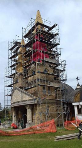 Montiranje skele na Spomen Crkvi Sveta Mala Terezija u Senti