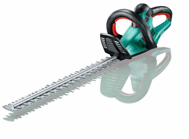 Makaze za šišanje žive ograde AHS 60-26 - Lagana konstrukcija Bosch električnih makaza za živu ogradu omogućava lako i ugodno šišanje živih ograda srednje veličine bez nepotrebnih prekida; Praktičan način rukovanja i ergonomska zadnja drška sa mekim rukohvatom obezbeđuje rad bez velikog zamaranja; Višepoziciona prednja drška nudi udoban način rada u svakom položaju, a proziran štitnik za ruku omogućava dodatnu lakoću rada; Snažnu efikasnost ovih makaza za živu ogradu garantuje nož sečen laserom i brušen dijamantima sa funkcijom testerisanja, otvor zubaca od 26mm i motor sa 600W za odlično sečenje