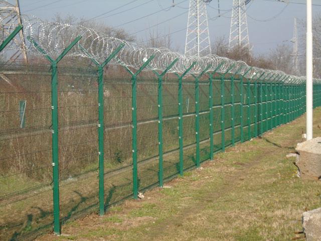 Bezbedonosna ograda Legi - Dupli kosnik i žilet žica - Objekat EMS - U segmentu ograda sa zahtevima visoke bezbednosti (aerodromi, granični prelazi, vojni objekti, zatvori, fabrike i dr.), LEGI ima kvalitetno rešenje ograde sa jednostrukim ili dvostrukim kosnikom, na koji se, u skladu sa zahtevom, može postaviti rešetkasti ogradni panel, bodljikava žica ili spiralna žilet žica.