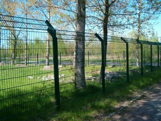 Bezbedonosna ograda Legi - Kosnik - U segmentu ograda sa zahtevima visoke bezbednosti (aerodromi, granični prelazi, vojni objekti, zatvori, fabrike i dr.), LEGI ima kvalitetno rešenje ograde sa jednostrukim ili dvostrukim kosnikom, na koji se, u skladu sa zahtevom, može postaviti rešetkasti ogradni panel, bodljikava žica ili spiralna žilet žica.