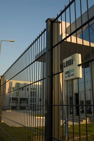 FIT ograda - Legi RS panel - Ograda sa R-Fit stubom je visoko funkcionalna, elegantna i jednostavna za montažu. Elegantni stubovi sa ukrasnom metalnom lajsnom, alu-kapom i prohromskim šrafom sakrivaju mesta kačenja panela i daju maksimalno bogat izgled ogradi. Proizvodi se u visinama 630-2430mm. Kombinuje se sa R-M, R-S i ukrasnim panelima.