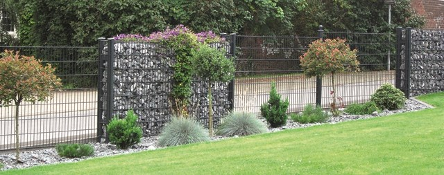 Kamena ograda - kombinovano - Legi - Predstavlja vizuelnu i ujedno zvučnu barijeru, te ima jako široku primenu. Kombinacija sa manje primetnim žičanim  stubovima, ili jasnije naglašenim profilnim stubovima, rešetkastim panelom sa obe strane ograde i međusobnim povezivačima, čini čvrstu čeličnu konstrukciju, koja se ispunjava raznim vrstama i bojama kamena, formirajući izgled kamenog zida a bez potrebe za zidanjem. Kamena ograda se proizvodi u visinama 630-2430mm. Kombinuje se sa RM, R-S i ukrasnim panelima.