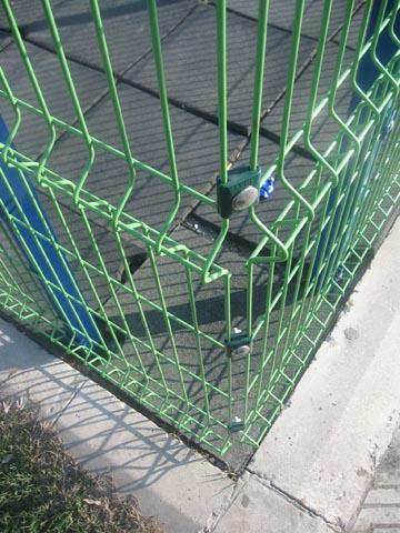 """Ograda 3D- Legi - OMV Beograd - 3D ograda pripada segmentu najekonomičnijih LEGI ograda. Za razliku od ostalih LEGI ograda, ovaj tip karakteriše to što nema duple horizontalne žice. Sa druge strane, zbog stabilnosti, ovaj model ograde ima """"V"""" izbočine - horizontalna ojačanja ograde, koje su raspoređene shodno visini ograde. Ono što ovu ogradu izdvaja od konkurentske, jesu metalne spojnice koje u kombinaciji sa prohromskim šrafom i maticom i vezivanjem sa stubom sa unutrašnje strane ograde, čine ovu ogradu maksimalno bezbednom I onemogućuju njeno demontiranje sa spoljašnje strane."""