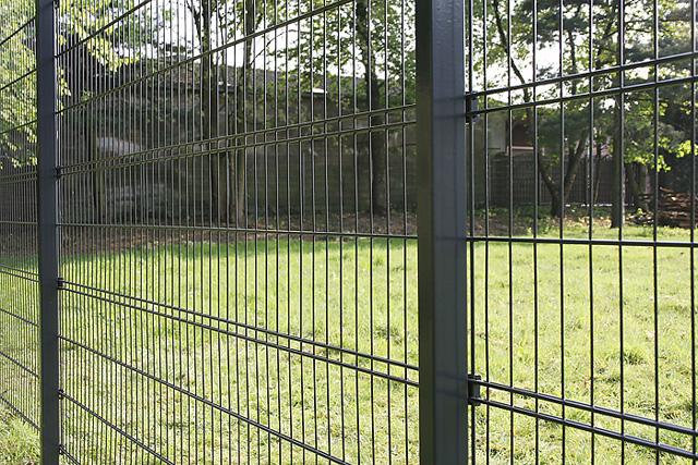 Quatro ograda - Legi Q2 - Sličnih karakteristika kao ograda s PUR stubom, ovaj tip ograde predstavlja ekonomičnije rešenje zahvaljujući nešto tanjim žicama (dvostruke horizontalne žice debljine 6mm, vertikalna debljine 4mm). Specifično za ovaj tip ograde jeste što na dva mesta, shodno visini ograde, ima četvorostruke horizontalne žice, čime se postiže maksimalno statičko opterećenje od 10kN na visini od 1030mm prema TÜV sertifikatu.