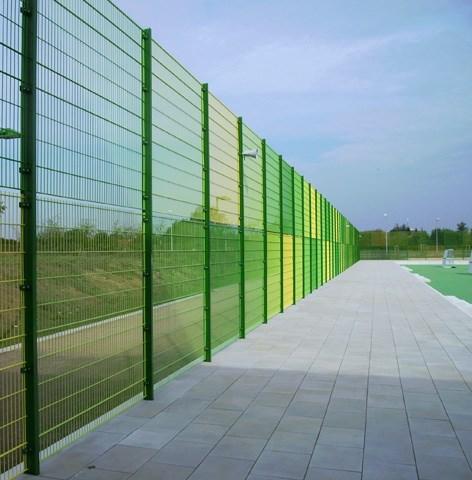 Sportska ograda - Legi - Modeli ograde sa PUR, RR i IPE stubom. Model ograde sa RR stubom standardno se radi za visine ograde 3-6 metara. Karakteriše ga kačenje rešetke na stub preko metalne flah lajsne, koja se za ugrađene matice u stubu vezuje sa metalnim šrafovima. Za visoke zahteve, nudimo model ograde sa LEGI IPE stubom. Ovaj model ograde izvodi se u visinama čak do 12m. Karakteriše ga stub od punog IPE profila i vezivni elementi koji se sastoje od metalnih spojnica u kombinaciji sa  prohromskim šrafovima i maticama. Prema zahtevu, može se opremiti i gumenim blokatorima zvuka, koji sprečavaju širenje vibracija prouzrokovanih udarcima lopte u ogradni panel. Standardno se proizvodi za ograde visine 3, 4 i 5 metara, s tim da se može raditi i za visinu od 6m.