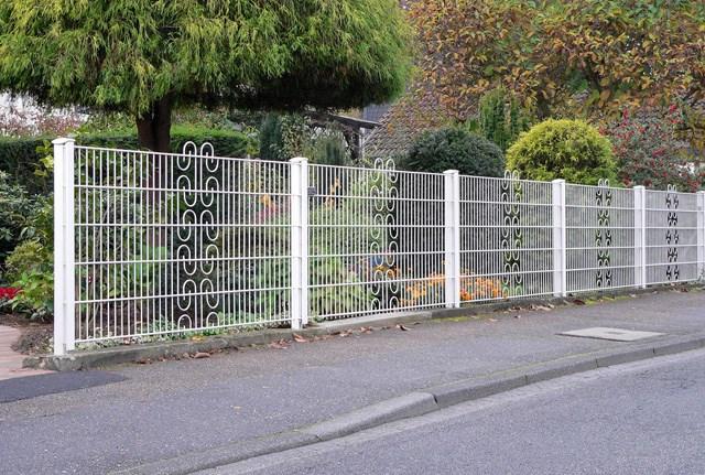 """Ukrasna ograda - RO ornamenti - Legi - Ograda sa ornamentima R.O – model ograde se radi kao i sve ukrasne ograde sa debljinama žice 8+6 mm, ovi modeli imaju """"usečene"""" ornamente. Mogući su paneli sa jednim, dva ili više oranamenata. Ornamenti su kružnog oblika, u kombinaciji sa klasičnim okcima 50 x 200 mm, čine nesvakidašnju elegantnu celinu. Kao i ostali ukrasni paneli R.O - model ograde ima idealnu upotrebu tamo gde ograda postojećoj arhitekturi daje dodatni dekorativni efekat, uz viši stepen sigurnosti objekta koji se ograđuje. Primenjuje se prilikom ograđivanja privatnih poseda."""