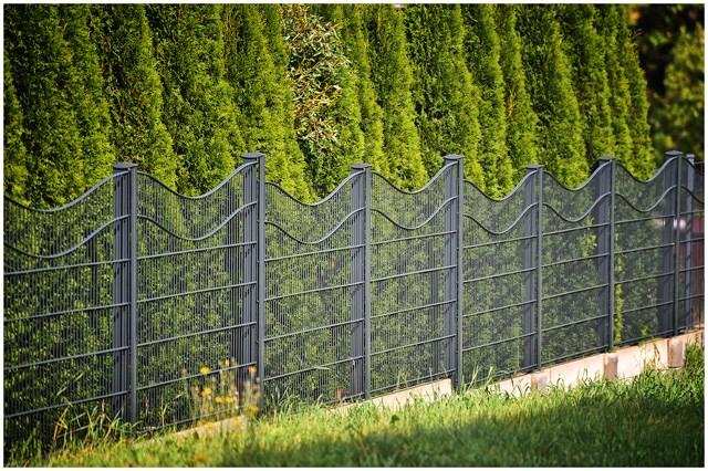 """Ukrasna ograda - RW talasna - Legi - RW model ukrasne ograde u gornjem delu ima savijene horizontalne žice, čime formira izgled """"talasne"""" ograde. Izrađuje se od dvostrukih horizontalnih žica debljine 8mm i vertikalnih debljine 6mm sa okcima 50x200mm."""