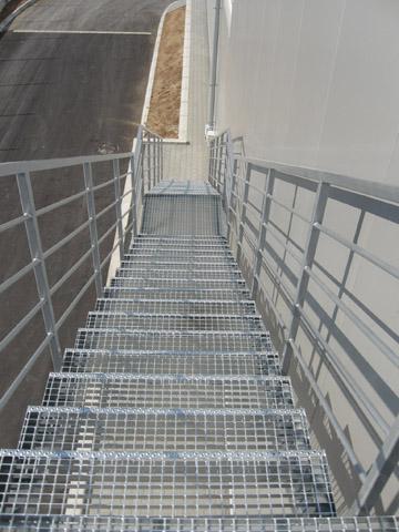 Rešetke i gazišta - Koriste se za pokrivanje kanala, šahti, slivnika, kao i za gazišta na platformama – konstrukcijama. Sve rešetke su dugotrajno antikorozivno zaštićene metodom toplog cinkovanja prema EN ISO 1461 standardu.