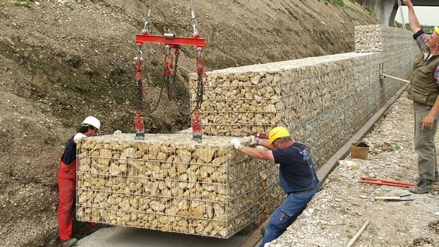 Rubix Gabioni Legi - Montaža - Gabioni su žičane korpe punjene kamenom. Imaju široku primenu - za obaloutvrde, potporne zidove, podupiranje terena pod klizištem, za terasiranje, za razdvajanje i pregrađivanje, za baštensku i pejzažnu gradnju, zvučnu i vizuelnu zaštitu, za estetske konstrukcije itd. Proizvode se Hexa i Rubix gabioni. Isporučuju se složeni, na mestu ugradnje se rasklapaju, formiraju, a stranice povezuju uz pomoć C-prstenova i specijalnih klešta.