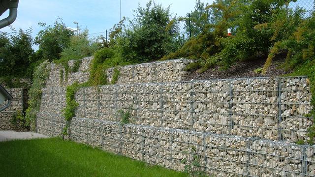 Rubix Gabioni Legi - Gabioni su žičane korpe punjene kamenom. Imaju široku primenu - za obaloutvrde, potporne zidove, podupiranje terena pod klizištem, za terasiranje, za razdvajanje i pregrađivanje, za baštensku i pejzažnu gradnju, zvučnu i vizuelnu zaštitu, za estetske konstrukcije itd. Proizvode se Hexa i Rubix gabioni. Isporučuju se složeni, na mestu ugradnje se rasklapaju, formiraju, a stranice povezuju uz pomoć C-prstenova i specijalnih klešta.