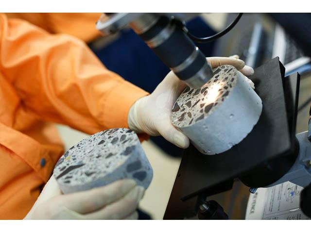 Ispitivanje šupljina u betonskim blokovima pomoću digitalnog mikroskopa
