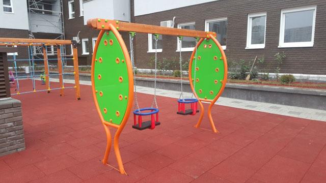 Metalna ljuljaška sa dva sedišta za malu decu