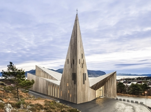 Moderna drvena crkva se izdie poput iljate
