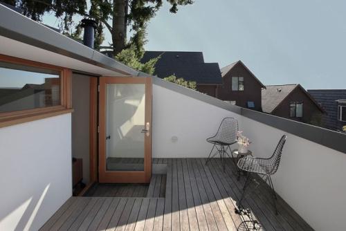 Spoj Betona Drveta I Aluminijuma U Kući Za Stariji Par U